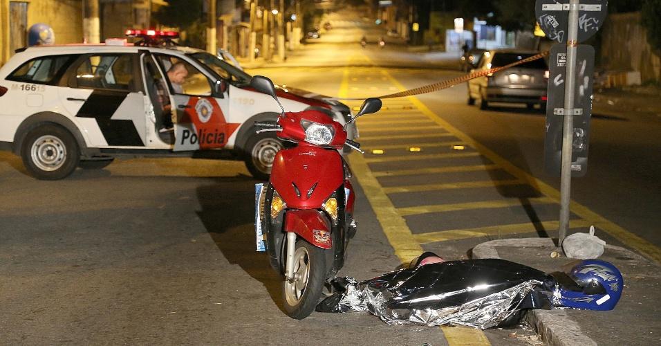 9.fev.2015 - Marinalva da Silva, 39, que estava na garupa de uma moto, morreu vítima de bala perdida durante uma troca de tiros entre policiais militares e suspeitos na região do Campo Limpo, zona sul de São Paulo, na madrugada desta segunda-feira (9). Policiais militares cruzaram com ao menos cinco homens armados com fuzis e metralhadoras dentro de um carro na avenida Carlos Lacerda. A mulher que conduzia a moto também foi atingida pela bala perdida e levada a um hospital da região. Dois policiais também ficaram feridos