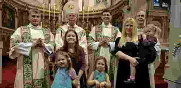 O ex-padre anglicano Robin Farrow (de óculos) é casado e tem quatro filhas, mas será ordenado na Igreja Católica em abril - Arquivo Pessoal/BBC