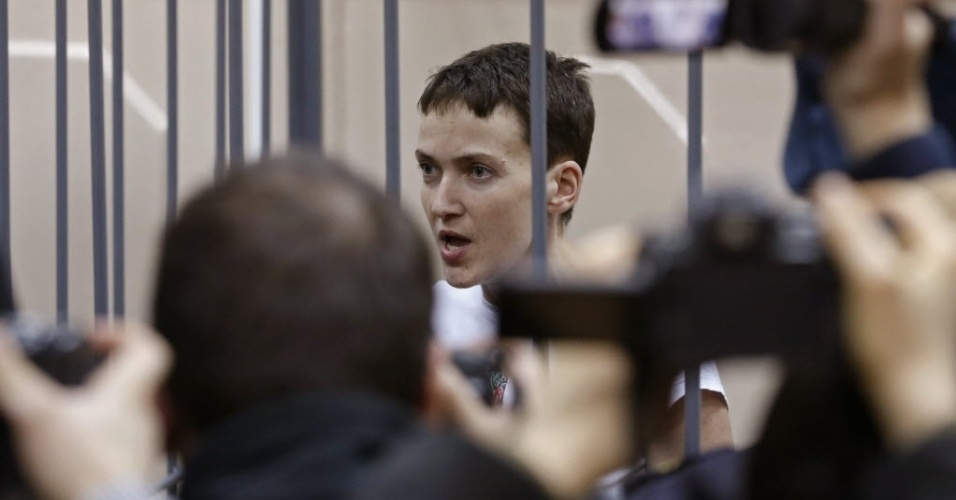 10.fev.2015 - A piloto do Exército ucraniano Nadezhda Savchenko fala dentro uma