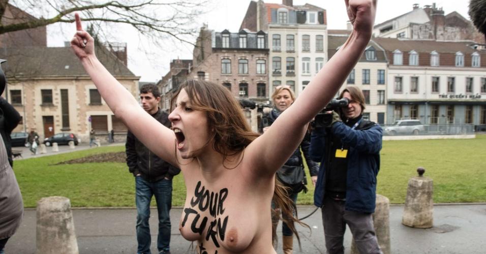 10.fev.2015 - Ativista do Femen protesta na chegada do ex-chefe do FMI Dominique Strauss-Kahn ao tribunal em Lille, no norte da França. O grupo formado por Strauss-Kahn e outras 13 pessoas é acusado de organizar 15 orgias com prostitutas na Bélgica, Paris, Washington e Nova York, tomando como base operações no Hotel Carlton de Lille, no norte da França, entre 2007 e 2011, quando o ex-ministro socialista, conhecido como DSK, ainda estava à frente do FMI. Se condenado, pode a 10 anos de prisão e ao pagamento de uma multa de 1,5 milhão de euros