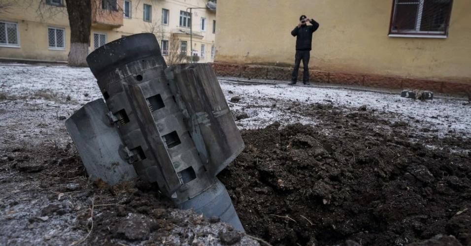 10.fev.2015 - Homem tira foto de parte de um foguete que caiu em uma rua na cidade de Kramotorsk, no leste da Ucrânia, nesta terça-feira (10). Ao menos seis civis foram mortos e 21 pessoas ficaram feriadas em um ataque aéreo ao quartel-general militar da Ucrânia. O ataque também atingiu áreas residenciais de Kramatorsk, área sob controle do governo ucraniano