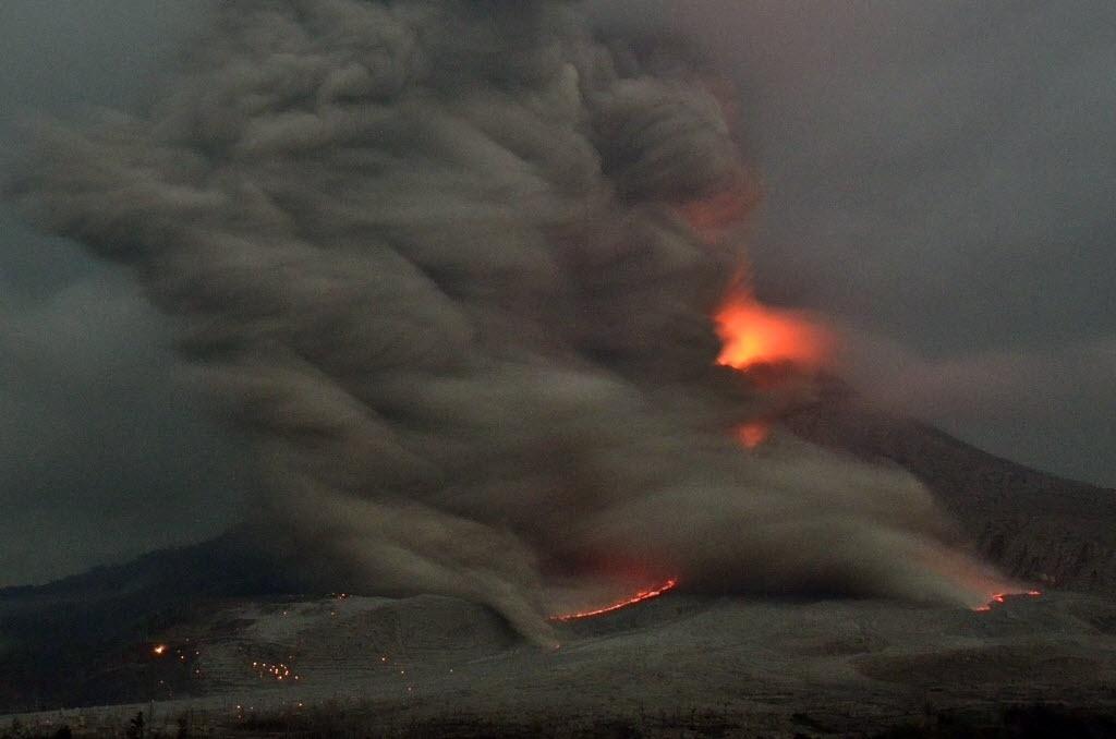 10.fev.2015 - O vulcão Monte Sinabung expele cinzas e lava durante uma erupção, em Karo, na ilha indonésia de Sumatra, nesta terça-feira (10). As cinzas do vulcão atingiram cerca de 3.500 metros de altura
