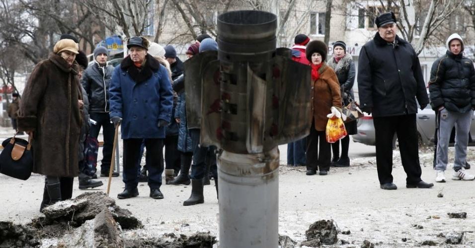 10.fev.2015 - Ucranianos observam um foguete lançado contra uma rua da cidade de Kramatorsk, no leste do país, nesta terça-feira (10). Três pessoas foram mortas e 15 ficaram feridas no ataque rebelde
