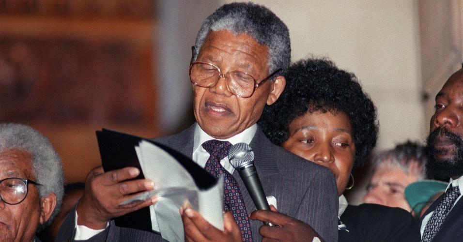 11.fev.1990 - Nelson Mandela discursa na prefeitura da Cidade do Cabo após ser solto da prisão Victor Verster