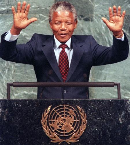 22.jun.1990 - Mandela acena durante congresso da ONU em Nova York, meses após sua saída da prisão