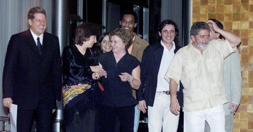 """30.set.2003 - O presidente Luiz Inácio Lula da Silva acompanhado pela sua mulher, Marisa Letícia, e pelo presidente da Funarte, Antonio Grassi, encontram-se com os atores e com o diretor do filme """"Seja o que Deus Quiser"""", entre eles a atriz Marília Pêra e os atores Rocco Pitanga, Caio Junqueira, no Palácio da Alvorada. Lula estava vestido com um traje usado no Caribe chamado """"guayabera"""""""