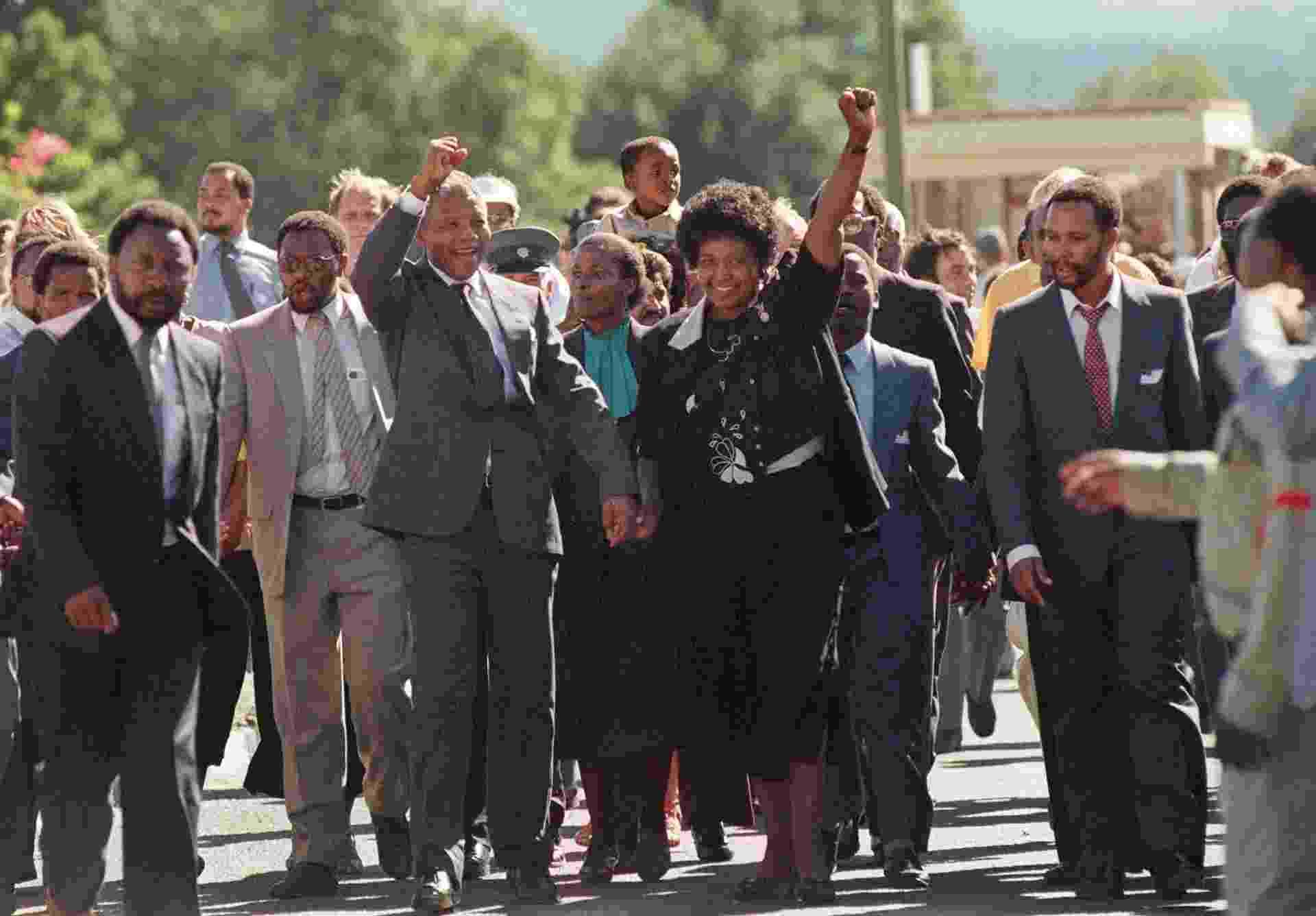 Nelson Mandela deixa a prisão Victor Verster em 11 de fevereiro de 1990; ele ficou 27 anos preso na África do Sul na época do regime do apartheid - AFP