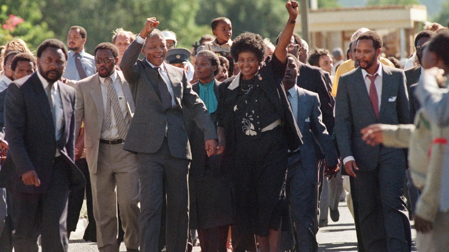 Nelson Mandela deixa a prisão Victor Verster em 11 de fevereiro de 1990 - AFP