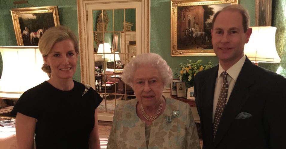 11.fev.2015 - A rainha Elizabeth 2ª (ao centro) posa para foto ao lado do filho Edward, conde de Wessex, e de sua nora Sophie Rhys-Jones, em uma sala do Palácio de Buckingham, momentos antes da família real participar de um evento beneficente. A foto foi tirada pelo príncipe Andrew, duque de York e irmão de Charles, em 10 de fevereiro, e publicada no Facebook oficial da família real