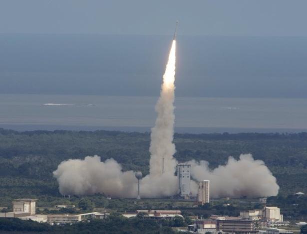 Em foto divulgada pela ESA (Agência Espacial Europeia, na sigla em inglês), o foguete Vega é lançado da base de Kourou, na Guiana Francesa, carregando o Intermediate eXperimental Vehicle (IXV) em uma missão-teste de 100 minutos. A agência disse que lançou o protótipo desenhado para retornar à Terra como um passo importante em sua estratégia espacial. A missão sub-orbital vai testar tecnologias que poderão levar a uma espaçonave reutilizável