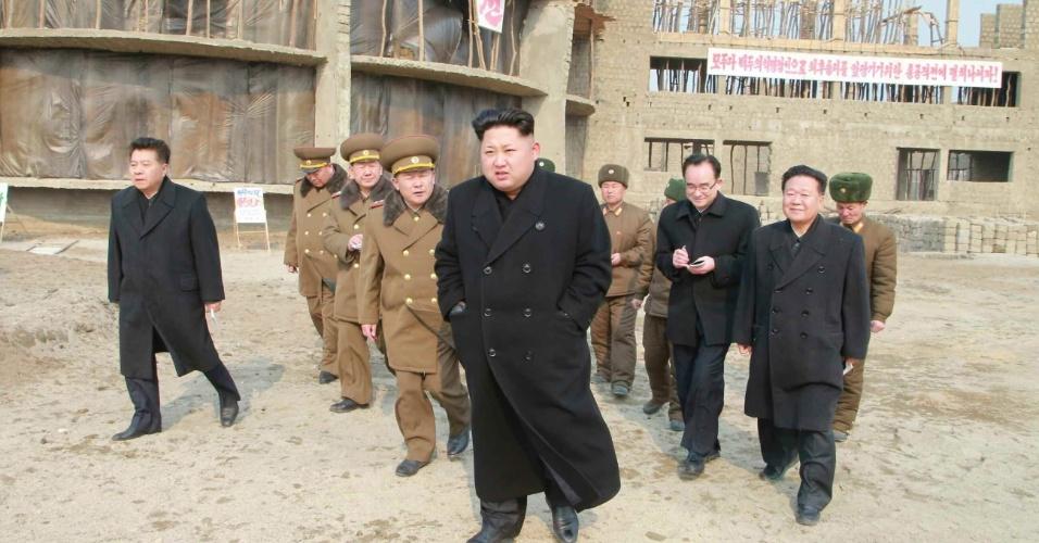 """11.fev.2015 - Em fotografia sem data divulgada pelo jornal """"Rodong Sinmun"""", do Partido dos Trabalhadores da Coreia do Norte, o líder do país, Kim Jong-un, visita o local onde está sendo construído um orfanato, na cidade de Wonsan, no nordeste norte-coreano"""