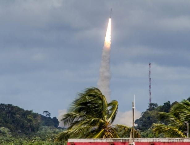 Foguete Vega decola da base em Kourou, na Guiana Francesa