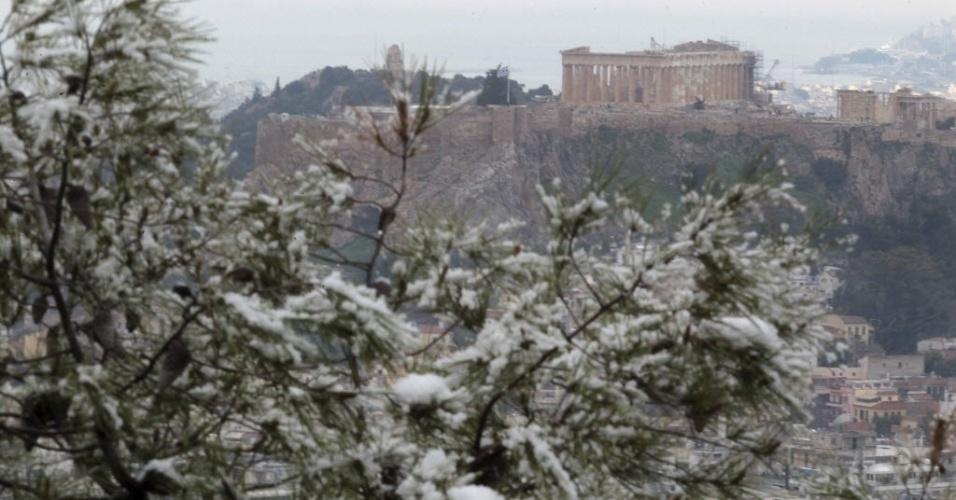 11.fev.2015 - Neve cobre árvores próximas do Parthenon, em Atenas, na Grécia, nesta quarta-feira (11)