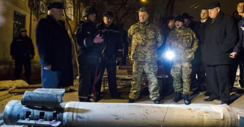 11.fev.2015 - O presidente da Ucrânia, Petro Poroshenko, observa um foguete que caiu na cidade de Kramotorsk na terça-feira (10). Seis pessoas morreram e outras 21 ficaram feridas em um ataque ao quartel-general militar da ucrânia, segundo autoridades locais. O ataque também teria atingido áreas residenciais de Kramatorsk, que estaria sob controle do governo de Kiev