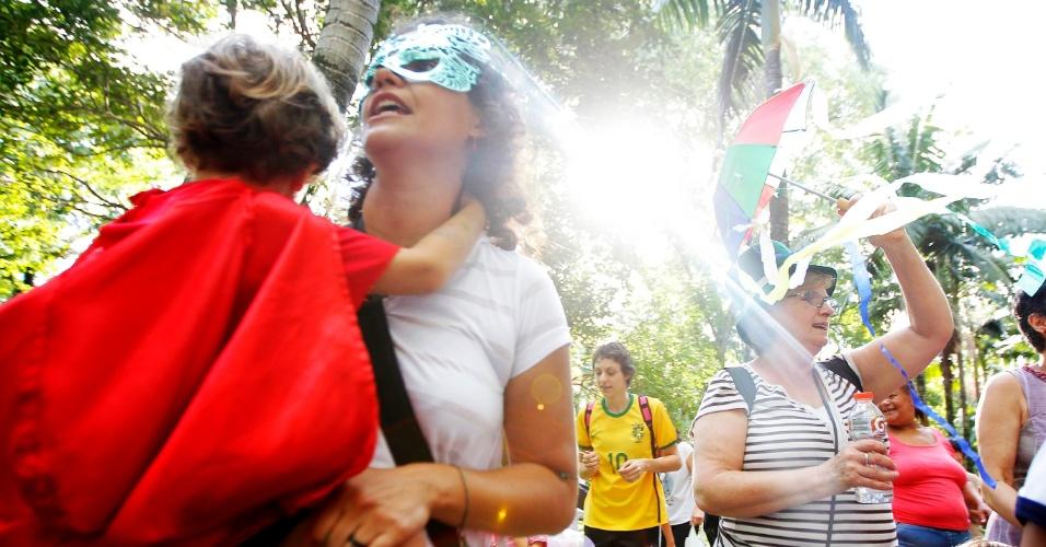 11.fev.2015 - Pais, crianças e funcionários participam do bloco ?Oh abre vagas, que eu quero entrar?. Eles protestam contra o fechamento de vagas em cinco unidades da creche da USP (Universidade de São Paulo).