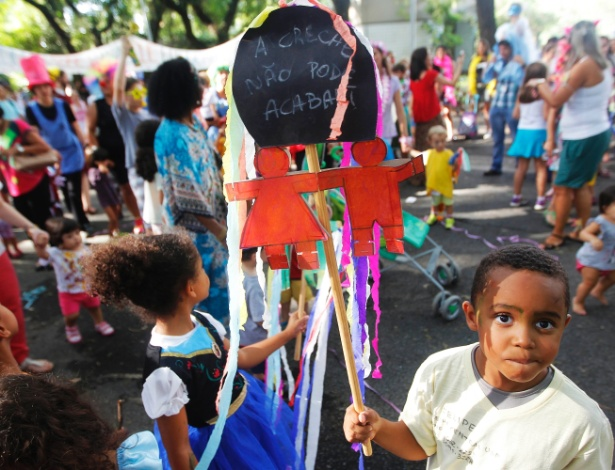 11.fev.2015 - Pais, crianças e funcionários participam do bloco 'Oh abre vagas, que eu quero entrar'. Eles protestam contra o fechamento de vagas em cinco unidades da creche da USP (Universidade de São Paulo).