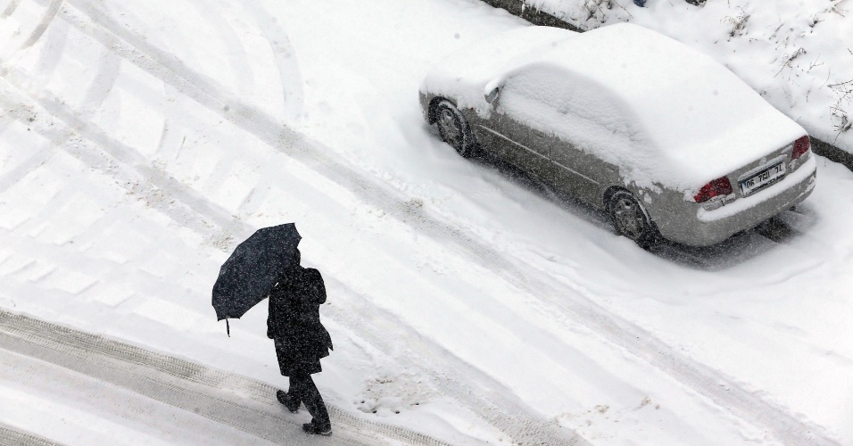 11.fev.2015 - Pedestre caminha em rua coberta por neve em Ancara, na Turquia, nesta quarta-feira (11)
