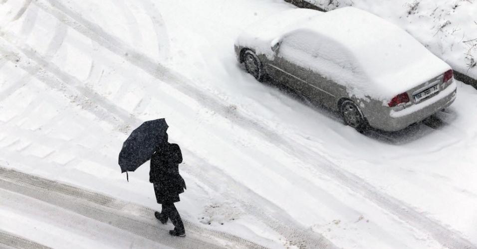11.fev.2015 - Homem enfrenta nevasca com guarda-chuva em Ancara, na capital da Turquia, nesta quarta-feira (11)