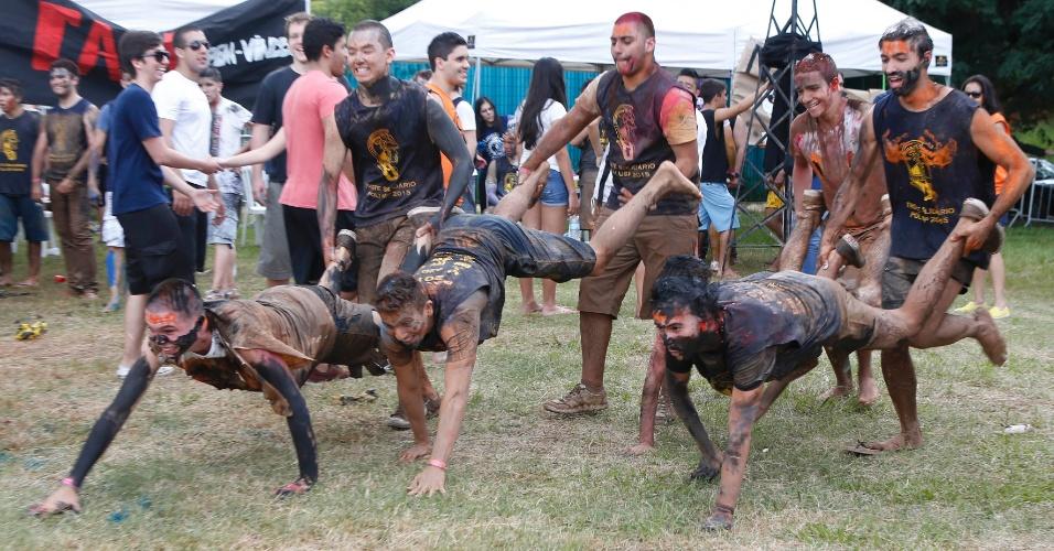 Apesar de não terem contratado carro-pipa para fazer o tradicional banho de lama, os alunos da Poli-USP (Escola Politécnica da Universidade de São Paulo) aproveitaram uma poça formada pela chuva