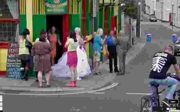 Após exibir acidentes, bizarrices e flagras constrangedoras, as câmeras do Google também têm um lado um tanto que romântico e conseguiram imortalizar o dia do casamento de um casal britânico. A noiva foi flagrada enquanto recepcionava os convidados em frente ao pub Firkin Doghouse, em Devon (Inglaterra), no mesmo dia em que o carro do Street View registrava as imagens da região - Reprodução