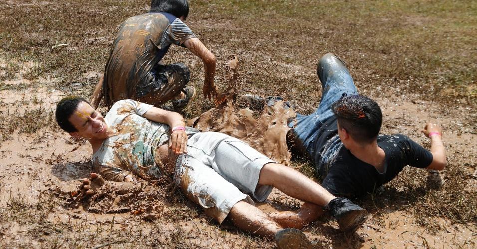Calouros aproveitam uma poça formada pela chuva para tomar o tradicional banho de lama no trote da Poli-USP (Escola Politécnica da Universidade de São Paulo). O banho tinha sido cancelado porque os veteranos não compraram carro-pipa este ano
