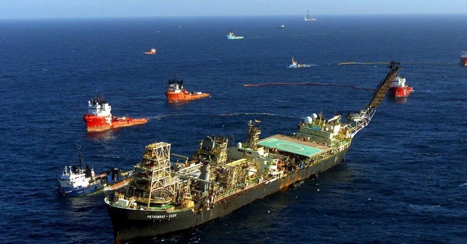 12.fev.2015 - O navio-plataforma P-34 da Petrobras, que funciona na Bacia de Campos, no litoral fluminense, sofreu uma pane elétrica na por volta das 15h30 do dia 13 de outubro de 2002, o que provocou inclinação na estrutura. Na ocasião, a plataforma foi evacuada e ninguém ficou ferido