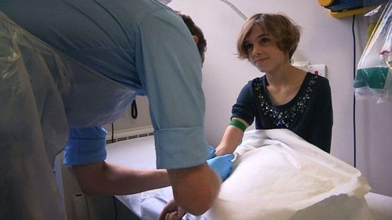 12.fev.2015 - Tratamento experimental evitou que Sophie Armitage, 11, precisasse retirar um dos pulmões. A menina foi diagnosticada com um tipo raro de câncer no pulmão chamado tumor miofibroblástico inflamatório (IMFT, na sigla em inglês)