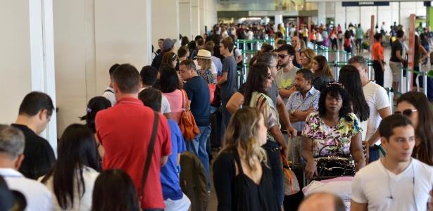 13.02.2015 - Movimentação de passageiros no Aeroporto Internacional Juscelino Kubitschek, em Brasília