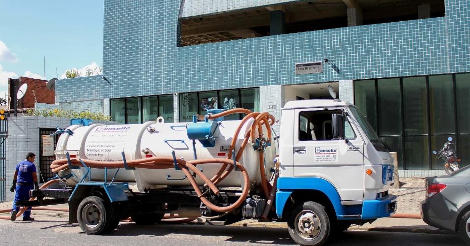 13.fev.2015 - Caminhão-pipa abastece um prédio de Boa Viagem, na zona Sul do Recife (PE) nesta sexta-feira (13). Os moradores utilizaram o recurso para abastecer o reservatório por falta de água