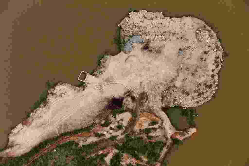 13.fev.2015 - Vista aérea da represa de Atibainha, na cidade de Nazaré Paulista, no interior de São Paulo, nesta sexta-feira (13). A represa é uma das que integra o sistema Cantareira, principal manancial da região metropolitana, que completou uma semana de altas consecutivas. Agora, os reservatórios que abastecem parte da capital paulista somam 6,7% de sua capacidade total, o percentual mais alto de fevereiro - Paulo Whitaker/Reuters