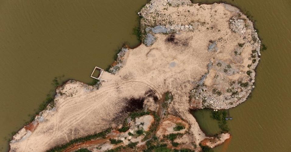 13.fev.2015 - Vista aérea da represa de Atibainha, na cidade de Nazaré Paulista, no interior de São Paulo, nesta sexta-feira (13). A represa é uma das que integra o sistema Cantareira, principal manancial da região metropolitana, que completou uma semana de altas consecutivas. Agora, os reservatórios que abastecem parte da capital paulista somam 6,7% de sua capacidade total, o percentual mais alto de fevereiro