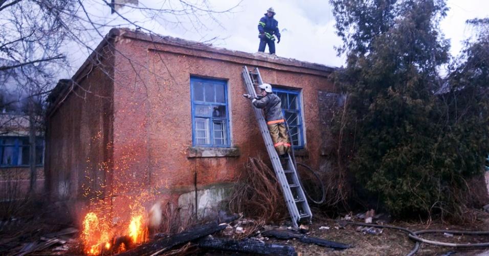 14.fev.2015 - Bombeiros tentam apagar incêndio em uma clínica obstétrica após bombardeio neste sábado (14) durante combate entre separatistas pró-Rússia e forças ucranianas na cidade de Artemivsk, na região de Donetsk. Horas antes do início do cessar-fogo, os confrontos se intensificaram, o que levou o governo ucraniano e representantes dos EUA a acusar a Rússia de instigar o avanço das tropas