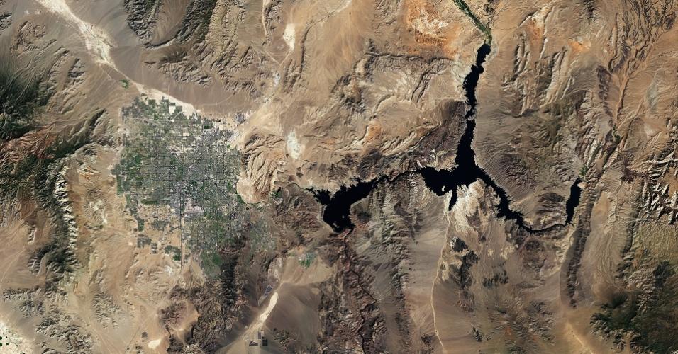 14.fev.2015 - Imagem feita pelo satélite Landsat-8 traz uma visão diferente da cidade de Las Vegas, cercada por montanhas e deserto. A grande área escura é o lago Mead, a maior represa do Estado de Nevada. No lado sudoeste de Las Vegas é possível ver formas escuras - que são painéis solares da usina Nevada Solar One. Essa instalação consegue gerar energia solar suficiente para atender a 14 mil residências por ano. A imagem foi feita em 23 de setembro de 2014