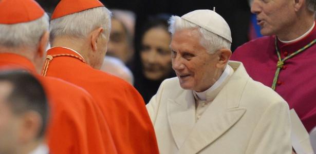 """Bento 16 em 2015; em livro, papa emérito fala sobre """"lobby gay"""" no Vaticano"""