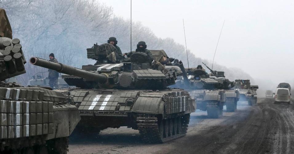 14.fev.2015 - Tanques ucranianos circulam na região de Debaltseve, leste da Ucrânia, neste sábado (14). Os confrontos acirraram-se hoje com a tentativa dos separatistas de tomar territórios antes do início do cessar-fogo, previsto para a virada do sábado para o domingo