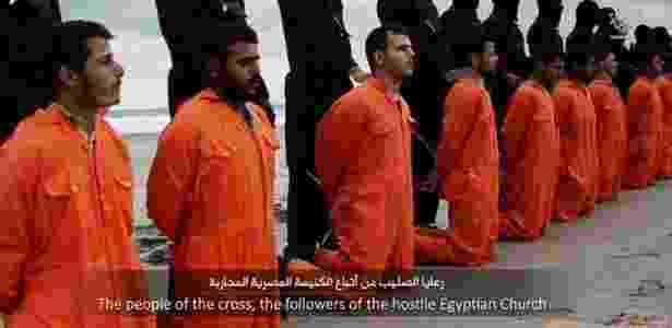O Estado Islâmico divulgou um vídeo com a intenção de mostrar que o grupo militante decapitou 21 egípcios cristãos sequestrados na Líbia - Reprodução