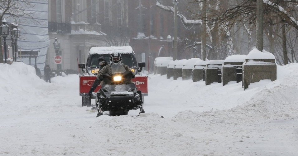 15.fev.2015 - Veículo de neve passa por rua na Commonwealth Avenue, em Boston, Massachusetts, após uma tempestade de inverno neste domingo (15). A região Nordeste dos EUA passou por outra grande tempestade de inverno; fevereiro já é o mês com maior incidência de neve na história de Boston desde o início dos registros meteorológicos, disse o Serviço Nacional de Meteorologia do país