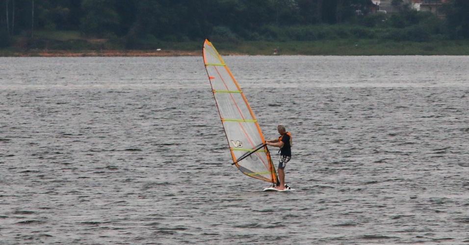 16.fev.2015 - Banhista pratica windsurf na represa de Guarapiranga, na zona sul de São Paulo, nesta segunda-feira (16). Com as chuvas dos últimos dias, o nível de água dos reservatórios tem subido. O do Guarapiranga subiu para 55,3%