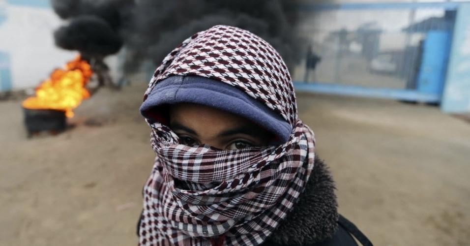 16.fev.2015 - Menino palestino participa de um protesto que pede a reconstrução de casas destruídas por bombardeios israelenses durante uma guerra de 50 dias no verão passado do Hemisfério Norte, em um centro de distribuição de alimentos da ONU em Rafah, no sul da faixa de Gaza