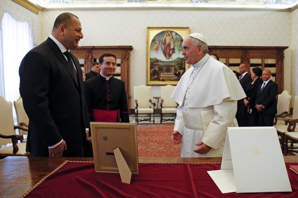 16.fev.2015 - Papa Francisco se reúne e troca presentes com o rei de Tonga, Ahoeitu Unuakiotonga Tukuaho Tupou 6º, durante uma audiência privada no Vaticano, nesta segunda-feira (16)
