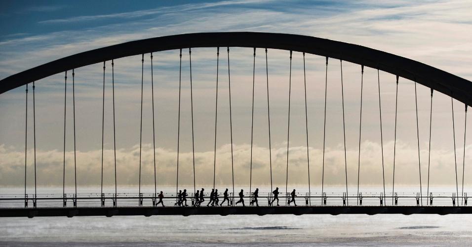 16.fev.2015 - Um grupo de corredores atravessa a ponte Humber Bay Arch em temperaturas extremamente frias em Toronto, no Canadá, nesta segunda-feira (16). A cidade vive um dos climas mais frios do ano, com temperaturas entre -25°C