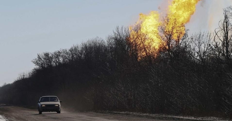 17.fev.2015 - Jornalistas ucranianos passam próximo a um bombardeio em Debaltseve, no leste do país, nesta terça-feira (17). As milícias separatistas disseram ter tomado o controle de parte estratégica da cidade, onde os combates continuam apesar do cessar-fogo que entrou em vigor na madrugada de domingo (15)