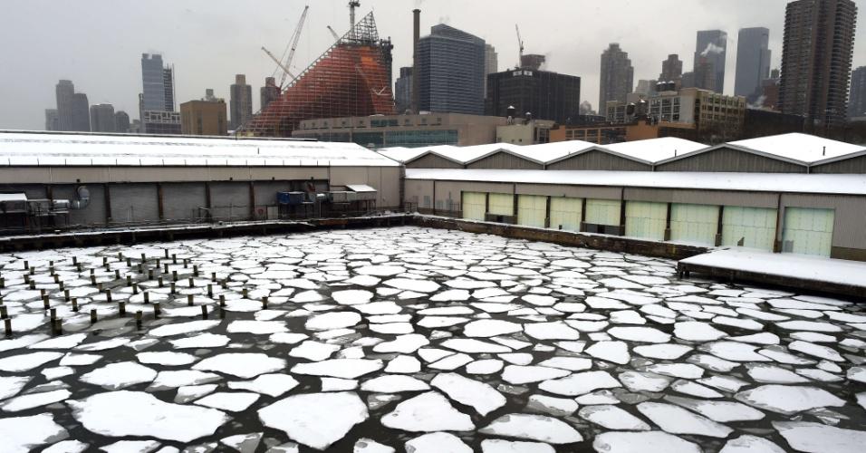 17.fev.2015 - Neve cobre as águas congeladas do rio Hudson, entre os pier 92 e 94, na cidade de Nova York (EUA), nesta terça-feira (17)