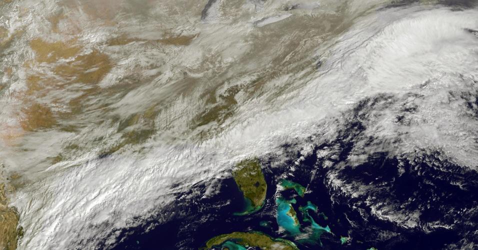 17.fev.2015 - Uma tempestade de neve está sobre o nordeste dos Estados Unidos, segundo mostra imagem feita pelo satélite NOAA Goes East, na Nasa (agência espacial norte-americana nesta terça-feira (17). Fortes nevascas e temperaturas glaciais atingiram a maior parte do centro e do nordeste do país nesta terça. Ao menos quatro pessoas morreram (três no Tennessee e uma no Kansas)