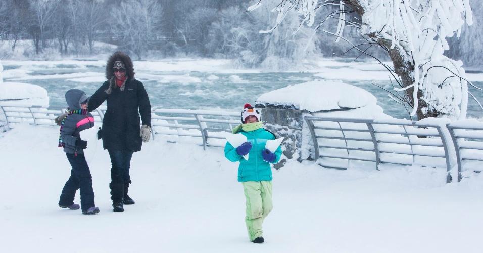 18.fev.2015 - Família caminha pela neve perto das águas congeladas das Cataratas do Niagara, no Estado americano de Nova York. As temperaturas caíram para -14°C na terça-feira (17), e o Serviço Nacional de Meteorologia reportou aviso de ventos frios na parte ocidental do Estado até sexta-feira (20)