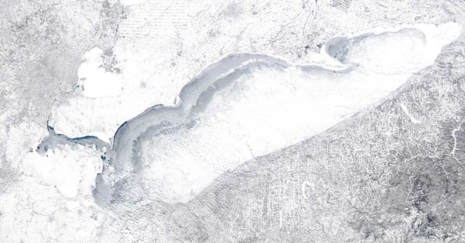 18.fev.2015 - Em imagem feita por um satélite da Nasa em 15 de fevereiro, o lago Erie, localizado na região dos Grandes Lagos dos Estados Unidos, aparece com mais de 90% de sua área congelada. O 13º maior lago do mundo, em extensão territorial, foi atingido por uma tempestade de inverno que paralisou grande parte do leste do páis. Segundo os meteorologistas, os Estados Unidos registraram nesta semana a pior frente fria em duas décadas