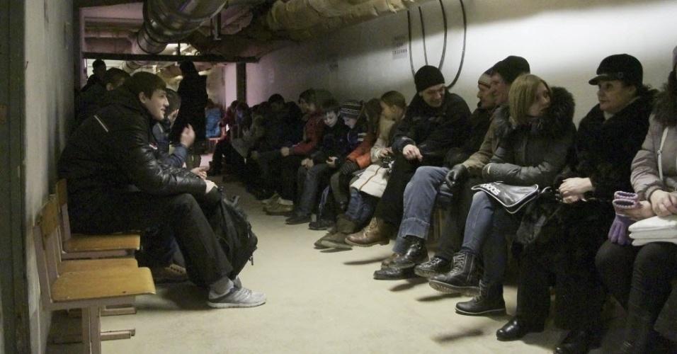 18.fev.2015 - Moradores de Mariupol, na Ucrânia, se refugiam em um abrigo antibombas durante confrontos entre as forças do governo e separatistas pró-Rússia. O Exército ucraniano continua a resistir à ofensiva das milícias separatistas na região estratégica de Debaltsevo, no leste do país, segundo o Ministério da Defesa