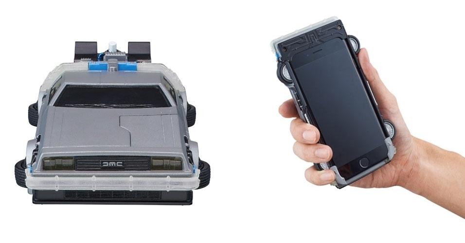 """18.fev.2015 - O site """"Bandai"""" começou a vender uma capa para iPhone em formato do carro DeLorean, do filme """"De volta para o futuro"""". Específico para o iPhone 6, o modelo começa a piscar, por exemplo, quando o telefone toca. No site japonês, a capa custa 5.940 ienes (cerca de R$ 140)"""
