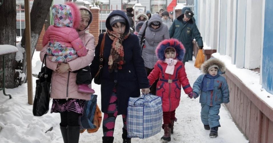 18.fev.2015 - Refugiados do leste da Ucrânia chegam a uma estação de trem da cidade russa de Stavropol, nesta quarta-feira (18). Cinquenta pessoas saíram de Donetsk, palco de combates entre forças ucranianas e rebeldes separatistas, para o alojamento temporário no sul da Rússia
