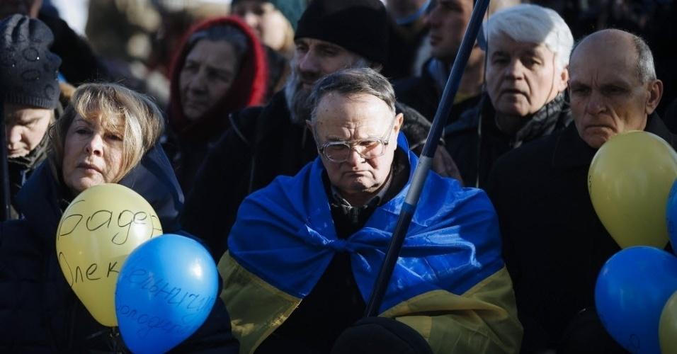 18.fev.2015 - Ucranianos participam nesta quarta-feira (18) de uma cerimônia em homenagem aos mortos durante os protestos contra o governo ocorridos um ano atrás, em Maiden. O país celebra o primeiro aniversário do início dos protestos que derrubaram o presidente pró-russo Viktor Yanukovich